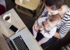 子どもを見ながらのテレワーク(在宅勤務)は実現可能? 無理? できる工夫やスタッフ経験談をご紹介